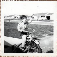 Photo Carrée Originale B.B. USA - Enfant Posant Sur Son Vélo Tricycle Vers 1950 & Belles Voitures Américaines - Cyclisme