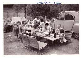 PIQUE NIQUE EN FAMILLE A COTE DE LA 2CV  A LOURDES 1952 - Automobile