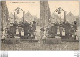 WW 29 LOCRONAN. Le Puits Banal De La Place Avec Chevrette. Carte Stéréoscopique Vers 1900 - Locronan