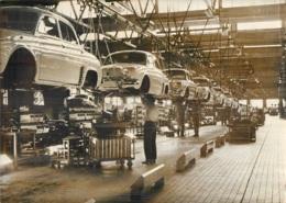 RENAULT DAUPHINE SUR LES CHAINES DE MONTAGE DE ALFA ROMEO EN ITALIE EN 1959 VOIR LES 2 SCANS FORMAT 18.50 X 13 CM - Automobiles