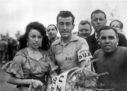 TOUR DE FRANCE 1954 LOUISON BOBET  VAINQUEUR DE CE TOUR ET YVETTE HORNER PHOTO 17 X 12 CM TIRAGE DU JOURNAL L'EQUIPE - Wielrennen