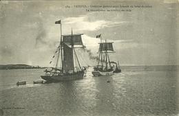 22  PAIMPOL - GOELETTES PARTANT POUR ISLANDE - LE REMORQUEUR LES CONDUIT EN RADE (ref 8176) - Paimpol