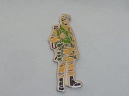 Pin's MILITAIRE  02 - Militaria