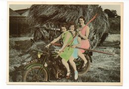 3 Femmes Sur Une Moto Devant Une Charette à Foin (Q3) - Femmes