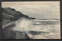 VIERVILLE - SUR - MER   -     Tempête En Hiver  -  La Mer à L'assaut Des Cabines De Bain. - Autres Communes