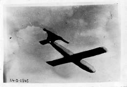 Foto Photo Oorlog 1940-1945  Vliegende Bom In Vlucht Anno 1944  Foto!        Afm 9 X 6 Cm  M 2024 - Weltkrieg 1939-45