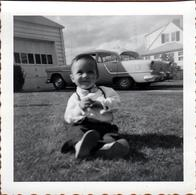 Photo Carrée Originale USA 1950's - Scott Au Jardin Devant La Chevrolet De Papa - Automobiles
