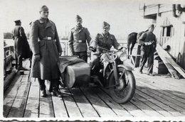 Photo D'un Officier Et De Soldats Allemands Avec Leurs Side-car En 39-45 - Guerre, Militaire