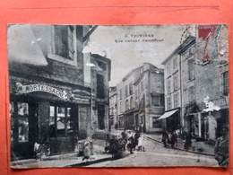 CPA (24) Thiviers. Rue Latour Carrefour.    (L904) - Thiviers