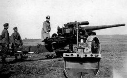 Retirage Avec Agrandissement D'une Photo D'un Officier Allemand Avec Deux Soldat A Coté D'un Canon En 39-45 - Krieg, Militär