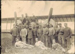J37 - Photo Originale - Groupe De Pilotes Et De Mécaniciens Posant Devant Un Biplan Et Bimoteurs - Guerre, Militaire