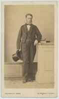 CDV Circa 1870. Un Homme Avec Chapeau Haute Forme Par Pilotelle Frères à Poitiers. - Photographs