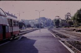 Photo Diapo Diapositive Train Loco Wagon Autorail Panoramique SNCF à Aix En Provence En 1973 Signaux Carré VOIR ZOOM - Dias
