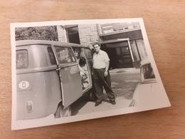 DEUTSCHES PAAR DAZUMAL - LETZTES FOTO VOR DER ABFAHRT - BUS-OLDTIMER - MUTTI WARTET IM WAGEN - Automobile