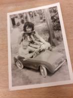DEUTSCHE FRAU DAZUMAL - JUNGE MUTTI SPIELT MIT KLEINEM JUNGEN BEIFAHRERIN - SPIELZEUG-AUTO - 1964 - Automobile