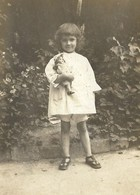 Petite Fille Gamine Serrant Tendrement Sa Jolie Poupée Doll BLEUETTE Dans Ses Bras Jouet Toy Enfant - PHOTO Originale - Objets
