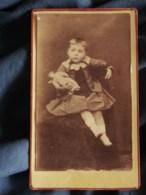 Photo CDV  De Sauverzac à St Lo  Jeune Enfant En Robe Assis Avec Poupée Dans Les Bras (Garçon ?) CA 1885 - L265 - Photographs