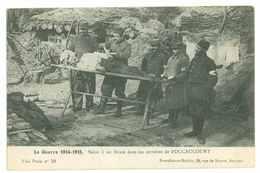 SOINS A UN BLESSE DANS LES CARRIERES DE FOUCAUCOURT...GUERRE 1914 - 1915 - Militari