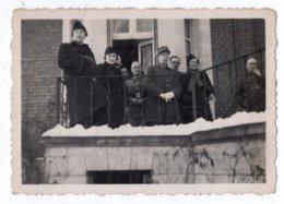 MILITAIRES SUR UN BALCON   PETITE PHOTO 1940  VOIR LEGENDE AU DOS - Krieg, Militär