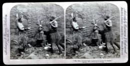 RARE  PHOTO VÉRITABLE STEREOSCOPIQUE EN 1897- HUMOUR- CHEZ LES PYGMÉS- UN AMI POUR LE DINER... GROS PLAN - Cartoline Stereoscopiche