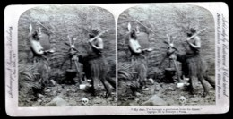 RARE  PHOTO VÉRITABLE STEREOSCOPIQUE EN 1897- HUMOUR- CHEZ LES PYGMÉS- UN AMI POUR LE DINER... GROS PLAN - Stereoscope Cards