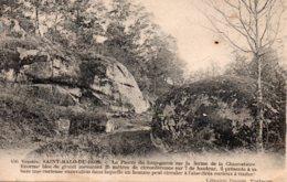 St Malo Du Bois : La Pierre Du Loup-garou - Francia
