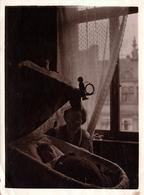 Tirage Photo Albuminé Souple Original - Contre Jour & Nounou Au Dessus Du Couffin & Jouet Vers 1890/1900 - Légende Dos - Anciennes (Av. 1900)