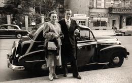 Carte Photo Originale Couple à La Descente D'une Opel Olympia, Type 1950 3 ème Génération En 1955 - Cars