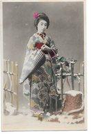 L170A675 - Jolie Japonaise En Tenue Traditionelle , Ombrelle,  Dans La Neige - Carte Japonaise - Personnages