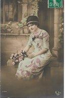 L170A679 - Jeune Femme Avec Des Roses, Jolie Robe - NL N°1134 - Femmes