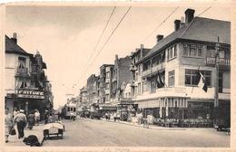 La Panne - Boulevard De Nieuport Avec Tram, Vieille Voiture, Friture, Commerces - De Panne