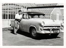 Photo Originale Playboy Posant Avec Sa Berline 1950/60 à Identifier Devant Des Serres Horticoles - Automobiles