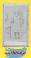 ֎ Photographie Albumen ֎ CDV Circa 1870 Fillette Robe Botines Chaise Décor Studio ֎ - Photos