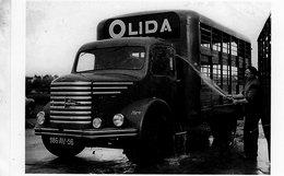 Un Homme Lavant Son Camion UNIC Avec Publicité OLIDA   -  15x10cms PHOTO - Camión & Camioneta