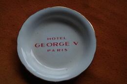 C Tobacco Ashtray Tabak Aschenbecher Tabaco Cenicero Posacenere Cinzeiro Tabak Asbak Palace George V Paris Année 60 - Porcelaine