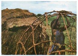 SOMALIA - SETTING UP A NOMADIC HUT / GIRL / - Somalia