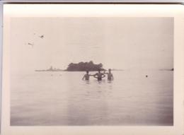 PHOTO ORIGINALE 39 / 45 WW2 MARINE FRANCAISE 1941 TOULON SALIN MARINS FRANCAIS A LA BAIGNADE CUIRASSE EN ARRIÈRE PLAN - Guerre, Militaire