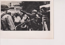 AFRO AMERICANS BRAVELY CONFRONT NATIONAL GUARDS IN NEWARK TEAR ON TOP SEE SCAN  15*11CM - Lugares