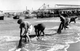Angola - Washing Fishing Nets - En Lavant Des Filets De Pêche - Angola