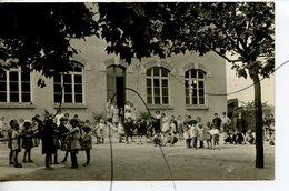 CARTE PHOTO Ancienne A Identifiée. CPA. Dans La  Cour De Recréation D'une école. Enfants élèves - Photographs