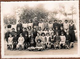 Grande Photo De Classe Algérienne Originale - Algérie Française En 1935/36 - Noms & Prénoms De Chaque Fillette Au Dos - Personnes Identifiées