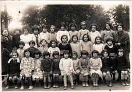 Grande Photo De Classe Algérienne Originale - Algérie Française Vers 1930 & école De Fille Dans La Cour De Récréation - Personnes Anonymes
