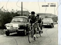 PHOTOGRAPHIE ANIMÉE XII Eme Gentleman Lyonnais. PERNOD MOLLARD BONNEFOND LA PHUONG. Voiture Citroën DS. Renault Dauphine - Cyclisme