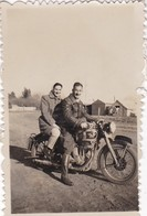 PAREJA SOBRE UNA MOTOCICLETA EN BECCAR, ARGENTINA CIRCA 1940's. COUPLE ON A MOTORCYCLE, COUPLE SUR UNE MOTO PHOTO -LILHU - Anonyme Personen