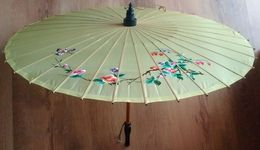 Vintage Chinese Embroidered Silk & Bamboo Umbrella Ombrelle Brodé Chinoise En Soie Et Bambou  Ancienne  50/60's - Ombrelles, Parapluies