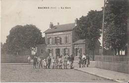 RACHES  ( Nord ) - La Gare Chemin De Fer. Personnages Devant La Gare. Carte Animée. - Francia