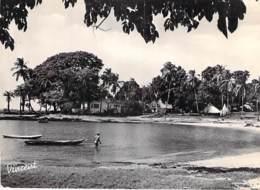 GUINEE ( Ex Guinée Française ) Petite Plage Dans Les Enirons De CONAKRY - CPSM  Photo GF Afrique Noire  # Carte Coupée # - Guinée Française