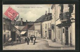 CPA Les Aix-d`Angillon, Rue De La Republique, Vue De La Rue - Les Aix-d'Angillon