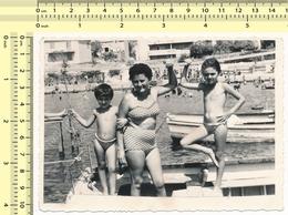 REAL PHOTO Beach Scene Bikini Woman Kids Boys On Boat - Plage Maillot De Bain Femme Garcons ORIGINAL SNAPSHOT - Personnes Anonymes