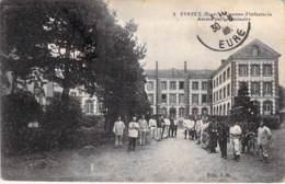 MILITARIAT Casernes - 27 - EVREUX : Caserne D'Infanterie ( Bonne Animation ) - Ancien Petit Séminaire - CPA - Eure - Barracks